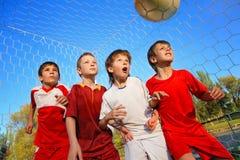 Jungen, die Fußball spielen Stockfotos