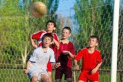 Jungen, die Fußball spielen Stockfoto