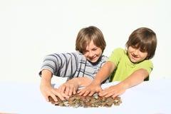 Jungen, die Geld halten Lizenzfreie Stockfotos