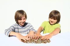 Jungen, die Geld halten Lizenzfreie Stockbilder