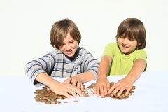 Jungen, die Geld teilen Stockfotografie
