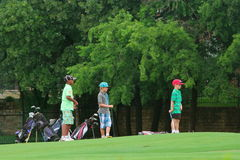 Jungen, die Golf spielen Lizenzfreie Stockfotos