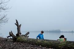 Jungen, die im Nebel spielen Stockfotografie
