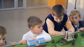 Jungen, die lernen, wie Strom zu den Häusern transportiert wird stock footage