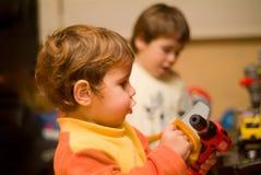 Jungen, die mit Hilfsmitteln spielen Lizenzfreie Stockfotografie