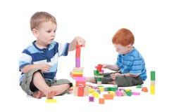 Jungen, die mit Spielzeugblöcken spielen Stockfotos