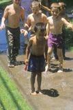 Jungen, die mit Wasserballonen spielen Stockbild