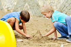 Jungen, die Sand spielen Lizenzfreies Stockbild