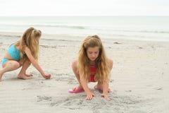 Jungen, die Sandcastles aufbauen Stockfotos