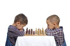 Jungen, die Schach spielen Stockbild
