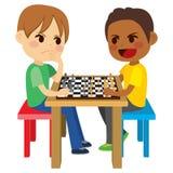 Jungen, die Schach spielen Stockbilder