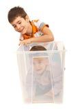 Jungen, die Spaß mit einem Kasten haben stockfoto