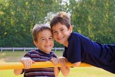 Jungen, die am Spielplatz spielen Lizenzfreie Stockfotografie