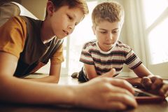 Jungen, die Tabletten-PC verwenden lizenzfreies stockbild