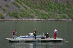Jungen, die von der Plattform fischen Stockfotografie