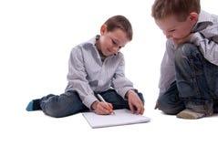 Jungen, die zusammen zeichnen Stockbilder