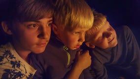 Jungen durch das Feuer Stockbilder