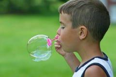 Jungen-durchbrennenluftblase Stockbild