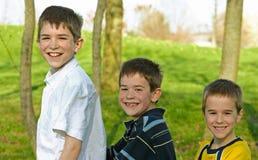 Jungen in einer Reihe Stockfotos