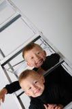 Jungen in einer Strichleiter Lizenzfreie Stockfotografie
