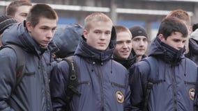 Jungen in emercom Jacken mit Rucksäcken bleiben auf Straße teens gruppe stock video