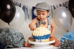 Jungen-Geburtstags-Kuchen-Zertrümmern stockbilder