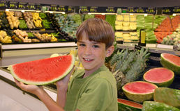 Jungen-Holding-Wassermelone Lizenzfreie Stockfotos