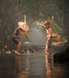 Jungen im Naturstrom Stockfotos