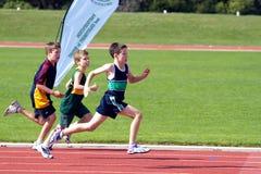 Jungen im Sportrennen Stockbilder