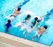 Jungen im Swimmingpool lizenzfreies stockbild