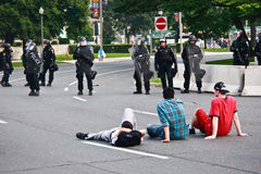 Jungen infront des bewaffneten Protestes der Polizei-G8/G20 Lizenzfreies Stockbild