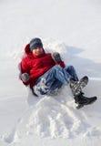 Jungen-Jugendlicher, der in den Schnee fällt Stockbild