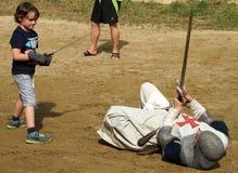 Jungen-kämpfender Ritter in der Rüstung Stockfotografie