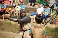 Jungen-kämpfender Ritter in der Rüstung Lizenzfreie Stockbilder