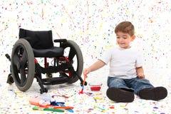 Jungen-Kind-Anstrich-Rollstuhl stockfotografie