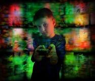 Jungen-Kinderaufpassendes Fernsehen mit Fernbedienung Stockfoto