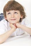 Jungen-Kinderdenkendes oben schauen Lizenzfreies Stockfoto