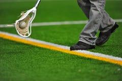 Jungen Lacrossesteuerknüppel und -kugel Stockfotografie