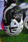 Jungen Lacrossesturzhelm an der Spielerseite. Lizenzfreie Stockfotos