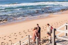 Jungen-Mädchen-Strand-Wellen Lizenzfreie Stockfotografie