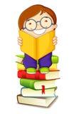 Jungen-Messwert auf Stapel der Bücher Stockbild