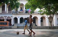 Jungen mit Ball Lizenzfreie Stockfotografie