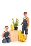 Jungen mit der Gartenarbeit Lizenzfreie Stockfotografie
