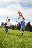 Jungen mit Drachen Stockfoto