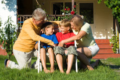 Jungen mit Großeltern Stockfotografie