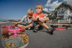 Jungen mit longboard Rochen Stockbilder