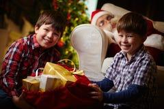 Jungen mit Sack Geschenken stockfotografie