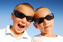 Jungen mit Sonnenbrillen Lizenzfreie Stockfotos