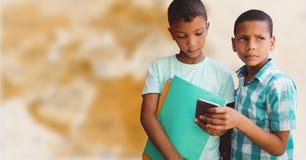 Jungen mit Telefon gegen undeutliche braune Karte Stockbilder