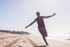 Jungen-nicht identifizierter laufender Strand Stockfoto